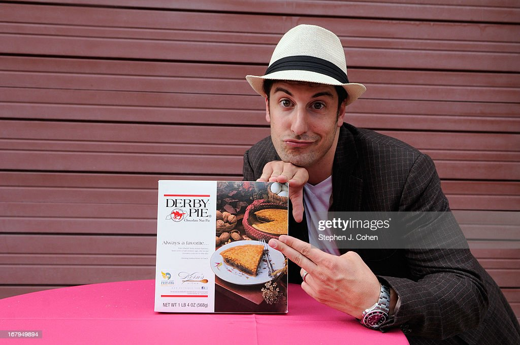 <a gi-track='captionPersonalityLinkClicked' href=/galleries/search?phrase=Jason+Biggs+-+Acteur&family=editorial&specificpeople=210701 ng-click='$event.stopPropagation()'>Jason Biggs</a> attends Kentucky Derby Festival Pegasus Parade staging area at Louisville Stoneware on May 2, 2013 in Louisville, Kentucky.