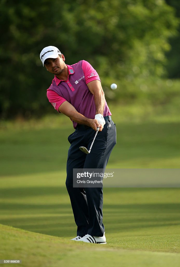 <a gi-track='captionPersonalityLinkClicked' href=/galleries/search?phrase=Jason+Day+-+Golfspieler&family=editorial&specificpeople=4534484 ng-click='$event.stopPropagation()'>Jason Day</a> of Australia chips onto the fifth hole during the second round of the Zurich Classic of New Orleans at TPC Louisiana on April 29, 2016 in Avondale, Louisiana.