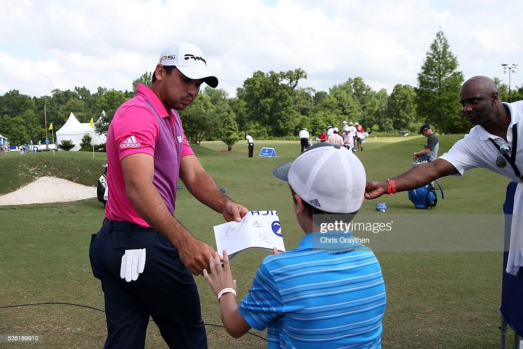 <a gi-track='captionPersonalityLinkClicked' href=/galleries/search?phrase=Jason+Day+-+Golfspieler&family=editorial&specificpeople=4534484 ng-click='$event.stopPropagation()'>Jason Day</a> of Australia signs autographs for a fan on the practice green during the second round of the Zurich Classic of New Orleans at TPC Louisiana on April 29, 2016 in Avondale, Louisiana.