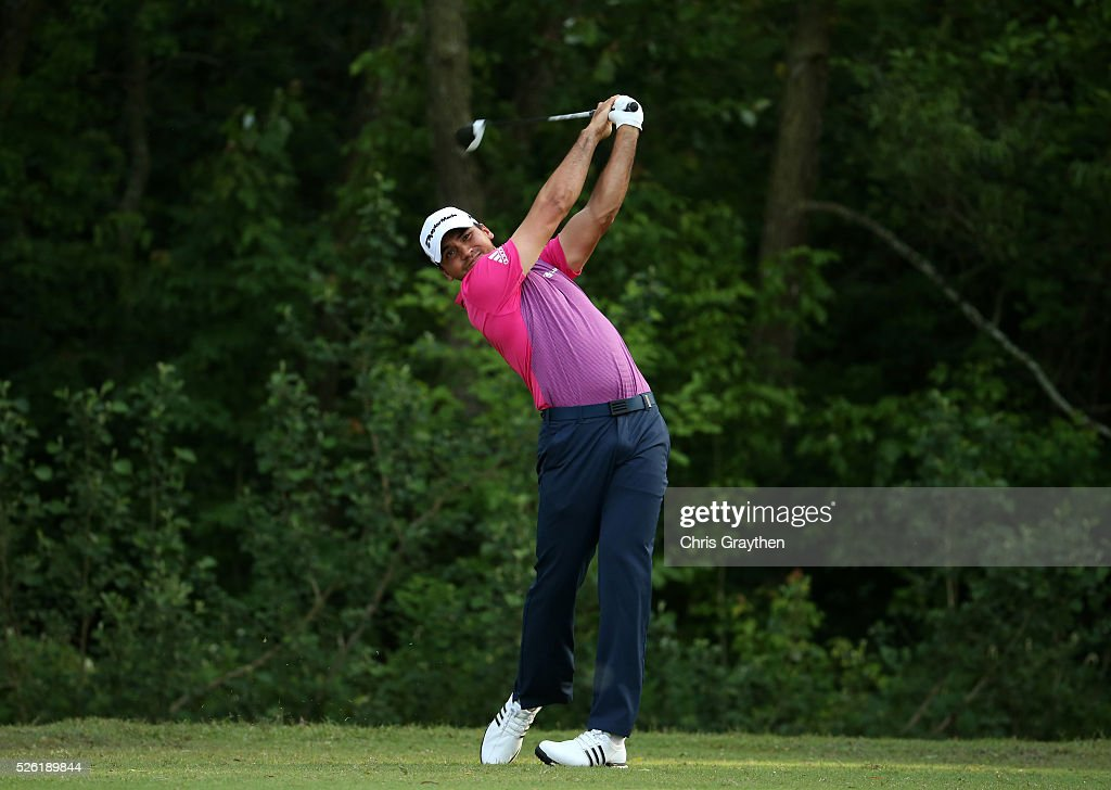 <a gi-track='captionPersonalityLinkClicked' href=/galleries/search?phrase=Jason+Day+-+Golfspieler&family=editorial&specificpeople=4534484 ng-click='$event.stopPropagation()'>Jason Day</a> of Australia tees off on the fifth hole during the second round of the Zurich Classic of New Orleans at TPC Louisiana on April 29, 2016 in Avondale, Louisiana.