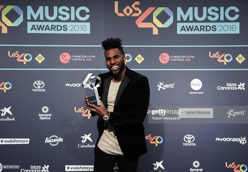 jason-derulo-poses-backstage-after-receiving-an-award-at-the-los-40-picture-id627137276