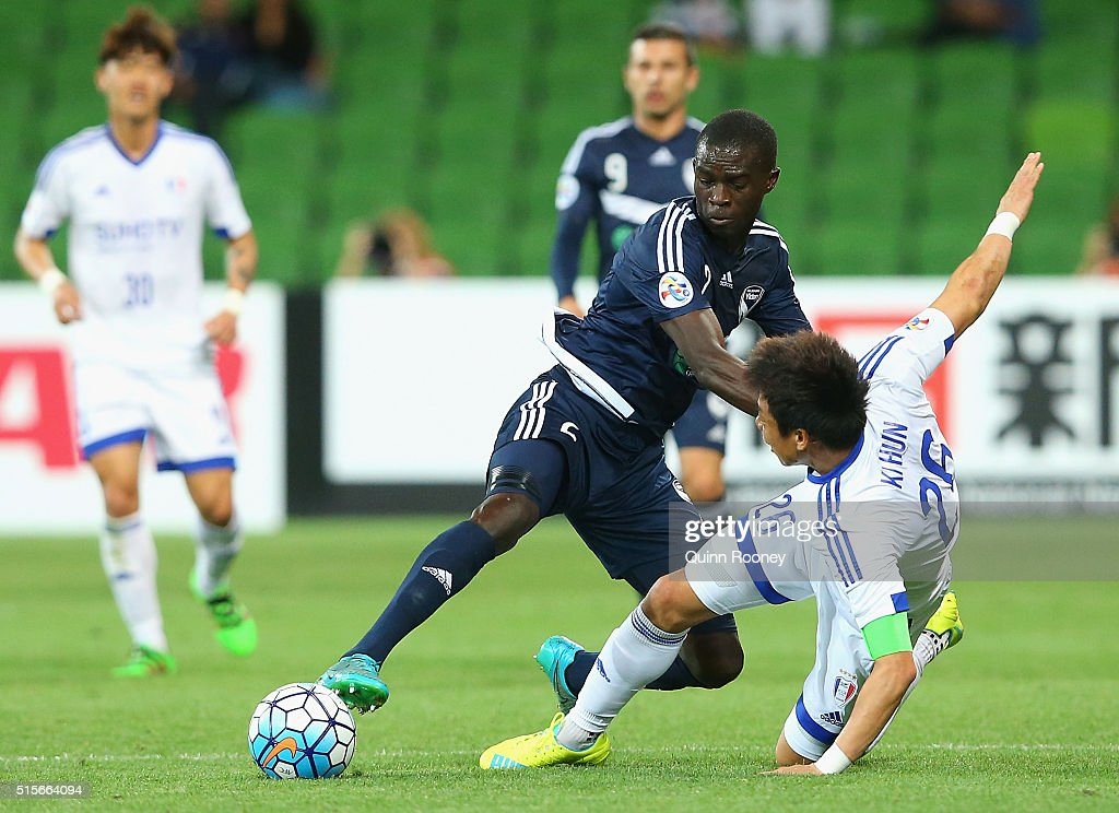 Jason Geria of the Victory and Yeom Ki Hun of Suwon compete for the ball during the AFC Champions League match between the Melbourne Victory and...