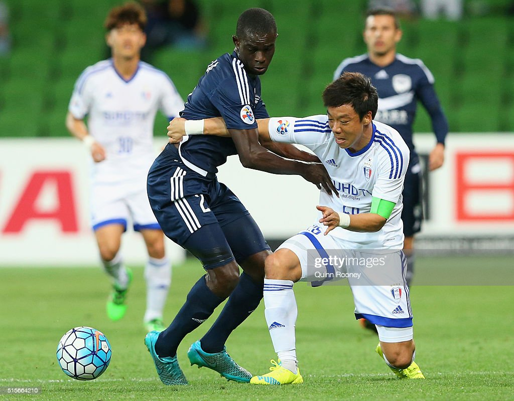 Jason Geria of the Victory and Yeom Ki Hun of Suwon compete for the ball during the AFC Champions League match between the Melbourne Victory and Suwon Samsung Bluewings FC at AAMI Park on March 15, 2016 in Melbourne, Australia.