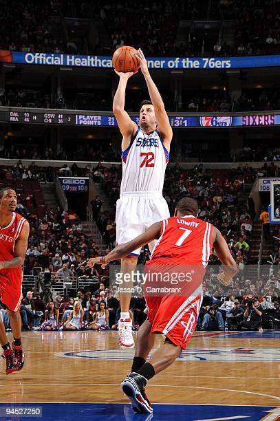Jason Kapono of the Philadelphia 76ers shoots a jump shot over Kyle Lowry of the Houston Rockets during the game at Wachovia Center on December 11...