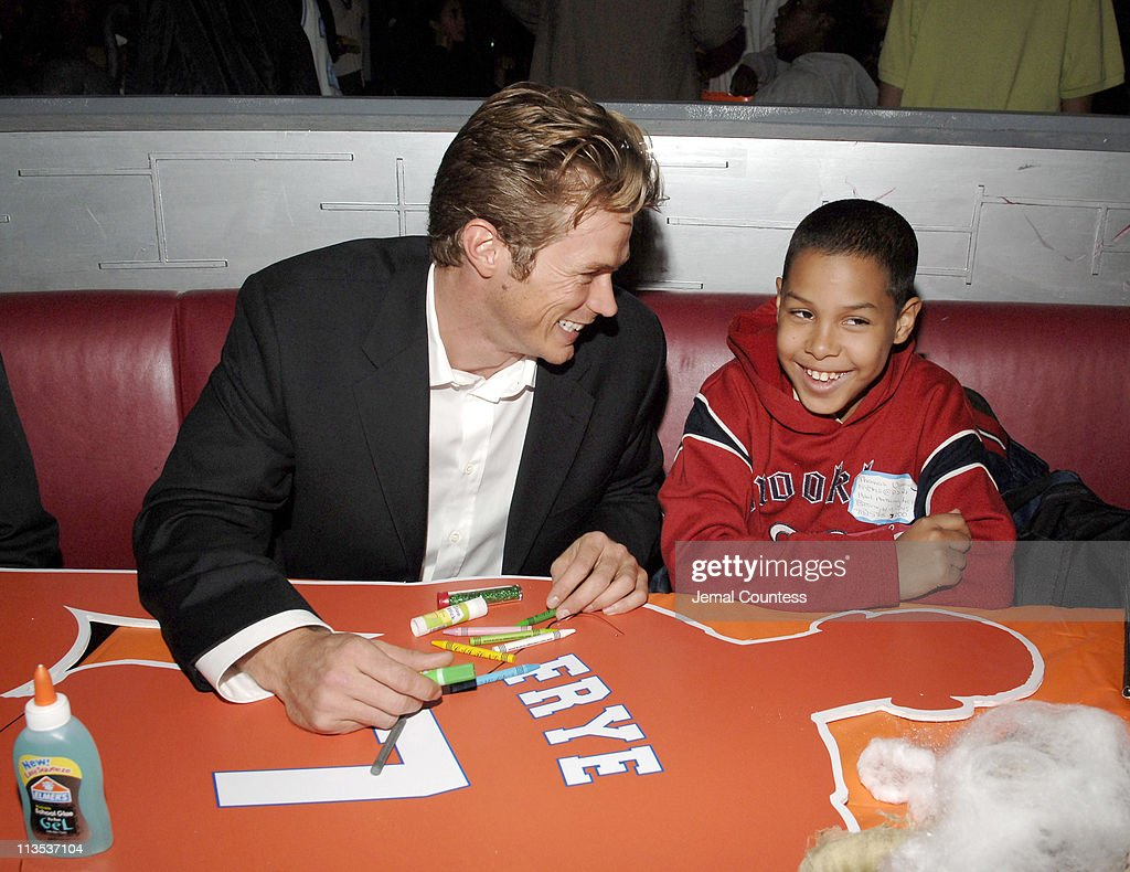 jason lewis during new york knicks tip off read to achieve - Halloween For Kids In Nyc