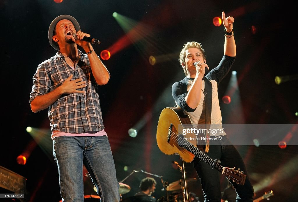 <a gi-track='captionPersonalityLinkClicked' href=/galleries/search?phrase=Jason+Mraz&family=editorial&specificpeople=206684 ng-click='$event.stopPropagation()'>Jason Mraz</a> performs with <a gi-track='captionPersonalityLinkClicked' href=/galleries/search?phrase=Hunter+Hayes&family=editorial&specificpeople=3290701 ng-click='$event.stopPropagation()'>Hunter Hayes</a> at LP Field during the 2013 CMA Music Festival on June 7, 2013 in Nashville, Tennessee.