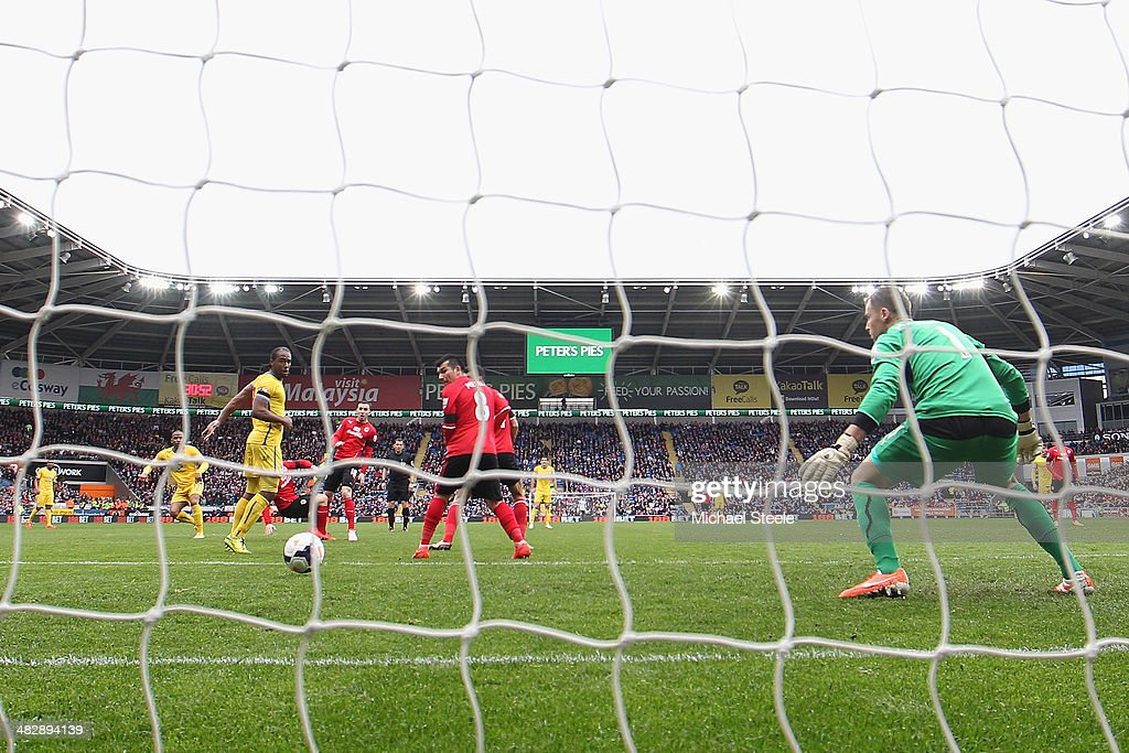 Jason Puncheon (L) of Crystal Palace scores his sides opening goal as David Marshall the goalkeeper of Cardiff City is left standing during the Barclays Premier League match between Cardiff City and Crystal Palace at Cardiff City Stadium on April 5, 2014 in Cardiff, Wales.