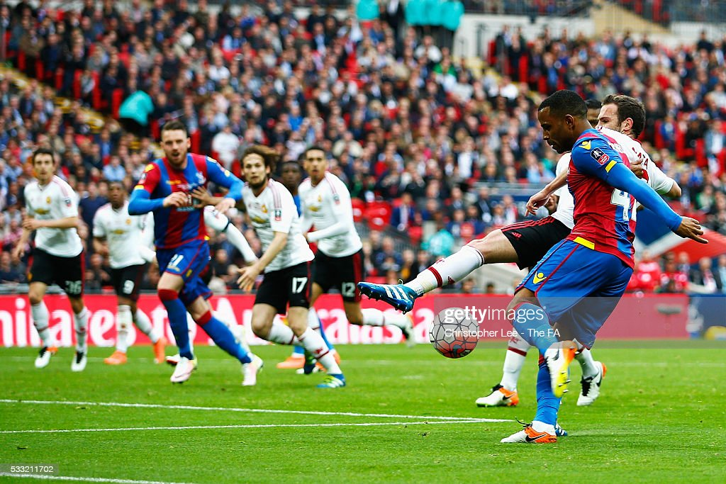 <a gi-track='captionPersonalityLinkClicked' href=/galleries/search?phrase=Jason+Puncheon&family=editorial&specificpeople=747694 ng-click='$event.stopPropagation()'>Jason Puncheon</a> of Crystal Palace scores his team's first goal during The Emirates FA Cup Final match between Manchester United and Crystal Palace at Wembley Stadium on May 21, 2016 in London, England.