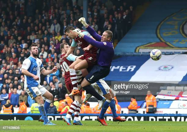 Jason Shackell of Burnley heads the ball past goalkeeper Paul Robinson of Blackburn Rovers to score their first goal during the Sky Bet Championship...