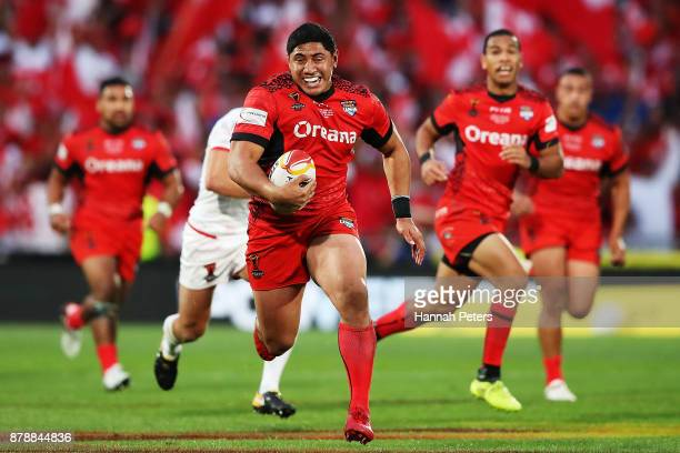 Jason Taumalolo of Tonga makes a break of Tonga set up a try during the 2017 Rugby League World Cup Semi Final match between Tonga and England at Mt...