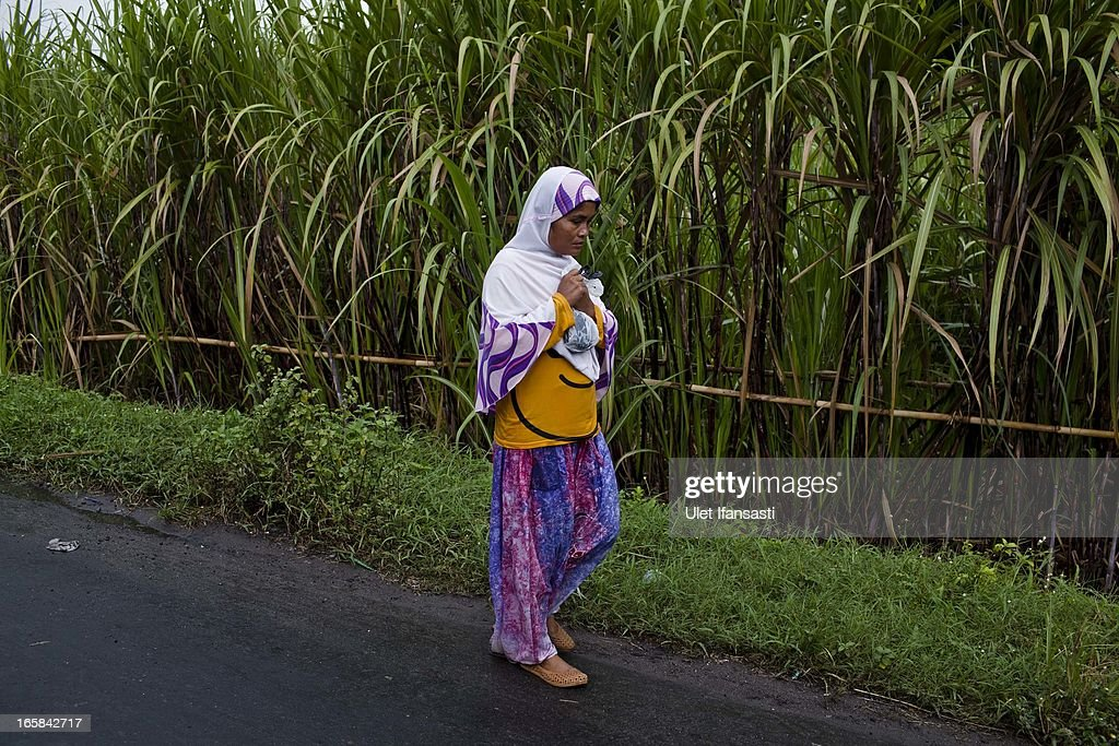 A javanese woman walks during the Cembengan ritual 'Manten Tebu' on April 6, 2013 in Yogyakarta, Indonesia. The Cembengan ritual, performed to bring about a good season's sugarcane crop, is held annually before the milling and processing season starts in Indonesian sugar mills.