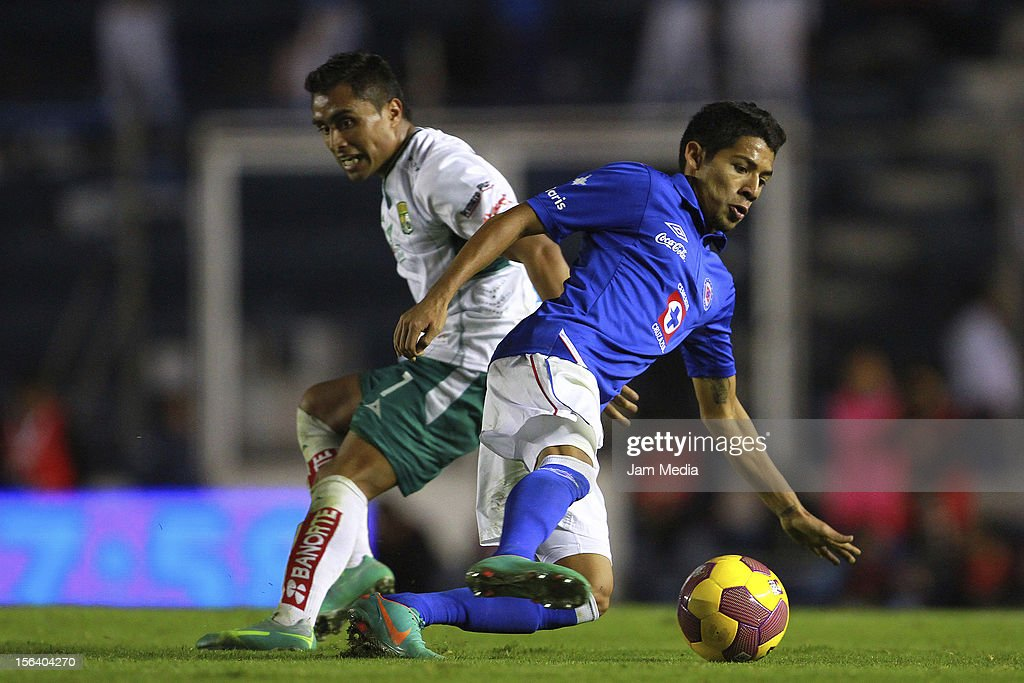 <a gi-track='captionPersonalityLinkClicked' href=/galleries/search?phrase=Javier+Aquino&family=editorial&specificpeople=7218711 ng-click='$event.stopPropagation()'>Javier Aquino</a> (L) of Cruz Azul struggles for the ball with Edwin Hernandez (R) of Leon during a match between Cruz Azul and Leon as part of the Apertura 2012 Liga MX at Azul Stadium on November 14, 2012 in Mexico City, Mexico.