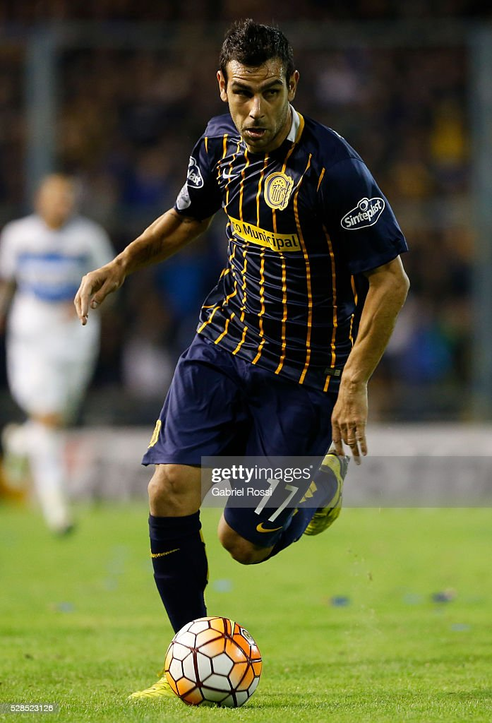 Javier Correa of Rosario Central drives the ball during a second leg match between Rosario Central and Gremio as part of Copa Bridgestone Libertadores 2016 as part of round of 16 of Copa Bridgestone Libertadores 2016 at Gigante de Arroyito Stadium on May 05, 2016 in Rosario, Argentina.