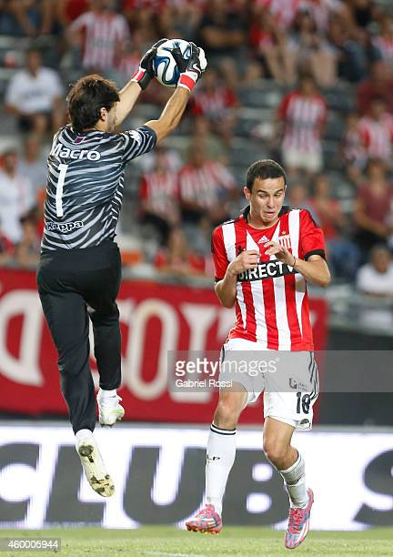 Javier Garcia of Tigre catches the ball against Leonardo Jara of Estudiantes during a match between Estudiantes and Tigre as part of 19th round of...