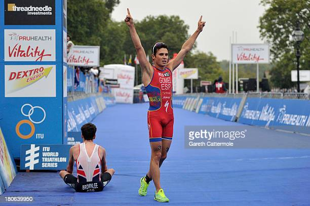 Javier Gomez of Spain out sprints Jonathan Brownlee of Great Britain to win the Elite Men's PruHealth World Triathlon Grand Final London and the ITU...