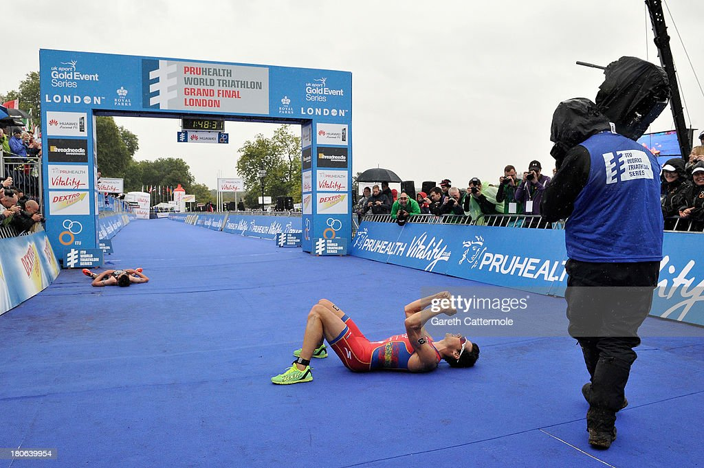 Javier Gomez (R) of Spain out sprints <a gi-track='captionPersonalityLinkClicked' href=/galleries/search?phrase=Jonathan+Brownlee&family=editorial&specificpeople=5426331 ng-click='$event.stopPropagation()'>Jonathan Brownlee</a> of Great Britain to win the Elite Men's PruHealth World Triathlon Grand Final London and the ITU World Championships Series at Hyde Park on September 15, 2013 in London, England.