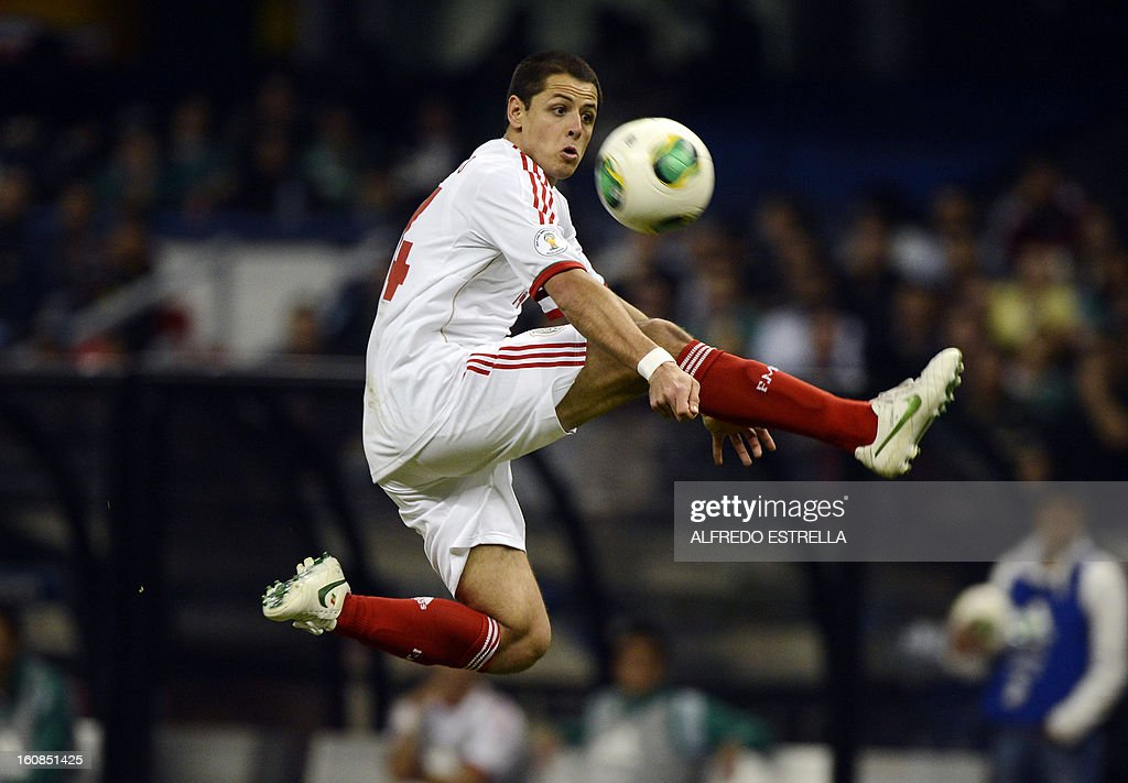 Javier Hernandez of Mexico controls the ball during their Brazil-2014 FIFA World Cup CONCACAF football qualifier at Azteca Stadium in Mexico City, on February 6, 2013. AFP PHOTO/Alfredo Estrella