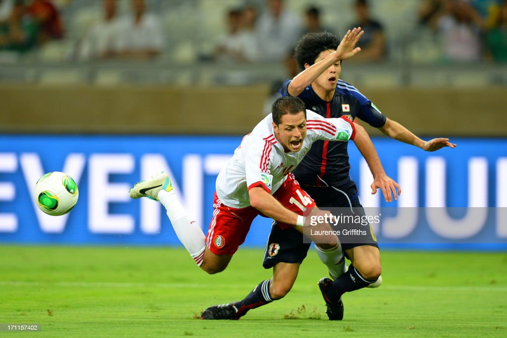 <a gi-track='captionPersonalityLinkClicked' href=/galleries/search?phrase=Javier+Hernandez+-+Soccer+Player&family=editorial&specificpeople=6733186 ng-click='$event.stopPropagation()'>Javier Hernandez</a> of Mexico draws the penalty against <a gi-track='captionPersonalityLinkClicked' href=/galleries/search?phrase=Atsuto+Uchida&family=editorial&specificpeople=4318608 ng-click='$event.stopPropagation()'>Atsuto Uchida</a> of Japan during the FIFA Confederations Cup Brazil 2013 Group A match between Japan and Mexico at Estadio Mineirao on June 22, 2013 in Belo Horizonte, Brazil.