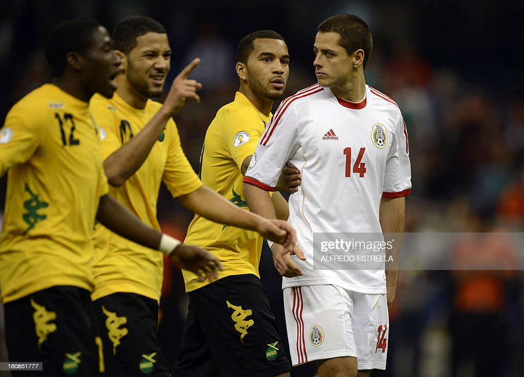 Javier Hernandez (R) of Mexico listen the jokes of Jamaica´s players after their Brazil-2014 FIFA World Cup CONCACAF football qualifier at Azteca Stadium in Mexico City, on February 6, 2013. AFP PHOTO/Alfredo Estrella