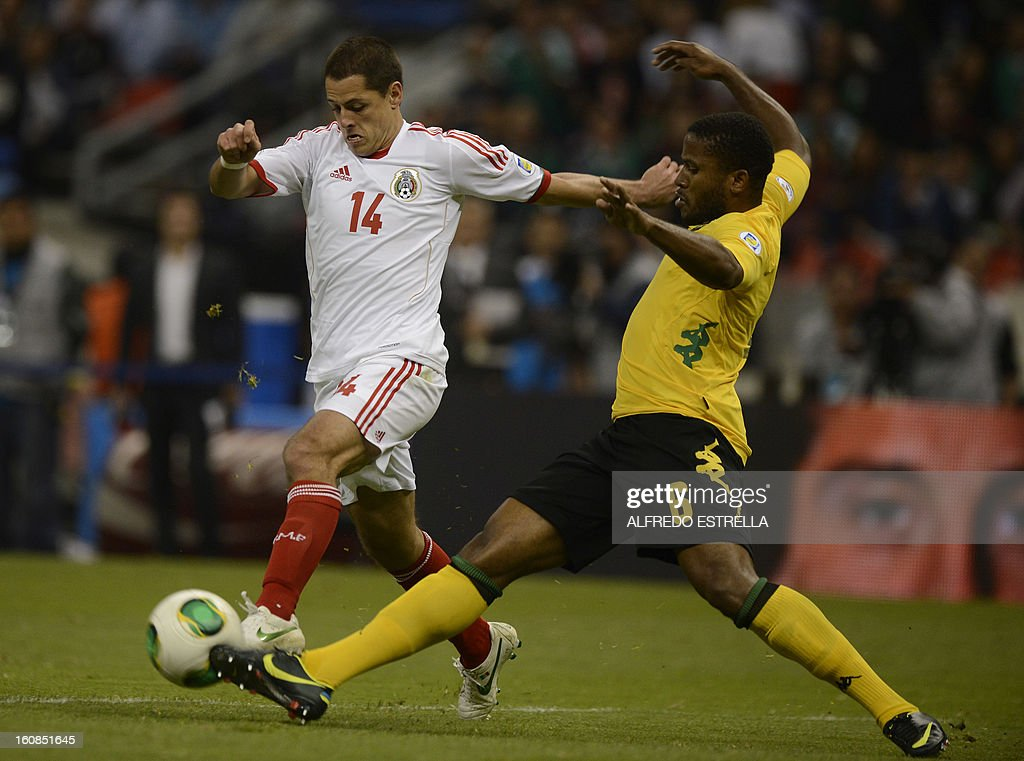 Javier Hernandez (L) of Mexico vies for the ball with Jermaine Taylor (R) of Jamaica during their Brazil-2014 FIFA World Cup CONCACAF football qualifier at Azteca Stadium in Mexico City, on February 6, 2013. AFP PHOTO/Alfredo Estrella