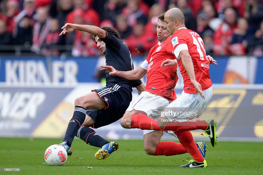 Javier Martinez of Bayern is challenged by <a gi-track='captionPersonalityLinkClicked' href=/galleries/search?phrase=Andreas+Ivanschitz&family=editorial&specificpeople=2140350 ng-click='$event.stopPropagation()'>Andreas Ivanschitz</a> and <a gi-track='captionPersonalityLinkClicked' href=/galleries/search?phrase=Elkin+Soto&family=editorial&specificpeople=594550 ng-click='$event.stopPropagation()'>Elkin Soto</a> of Mainz during the Bundesliga match between 1. FSV Mainz 05 and FC Bayern Muenchen at Coface Arena on February 2, 2013 in Mainz, Germany.