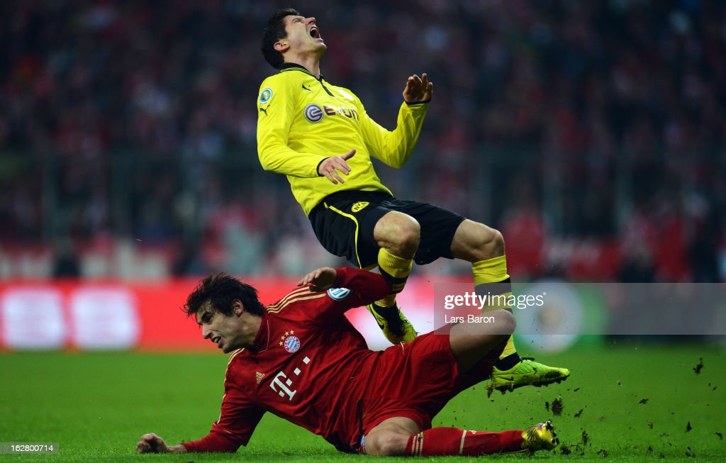 Javier Martinez of Muenchen challenges <a gi-track='captionPersonalityLinkClicked' href=/galleries/search?phrase=Robert+Lewandowski&family=editorial&specificpeople=5532633 ng-click='$event.stopPropagation()'>Robert Lewandowski</a> of Dortmund during the DFB cup quarter final match between Bayern Muenchen and Borussia Dortmund at Allianz Arena on February 27, 2013 in Munich, Germany.