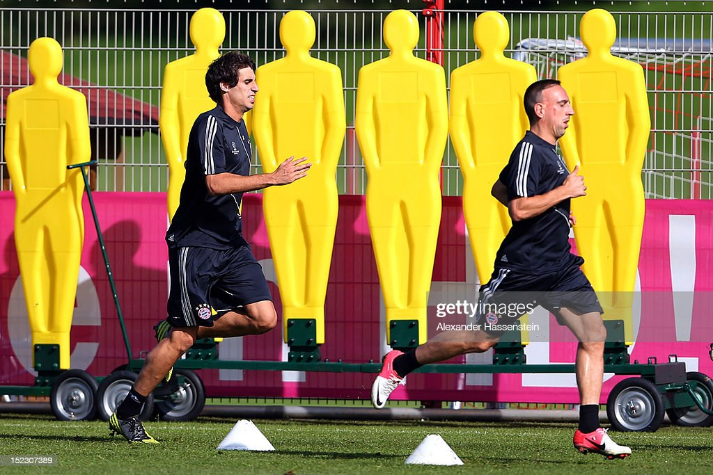 Javier Martinez (L) runs with his team mate Franck Ribery (R) during a FC Bayern Muenchen training session ahead of their UEFA Champions League group F match against Valencia CF at the Saebener Strasse training ground on September 18, 2012 in Munich, Germany.