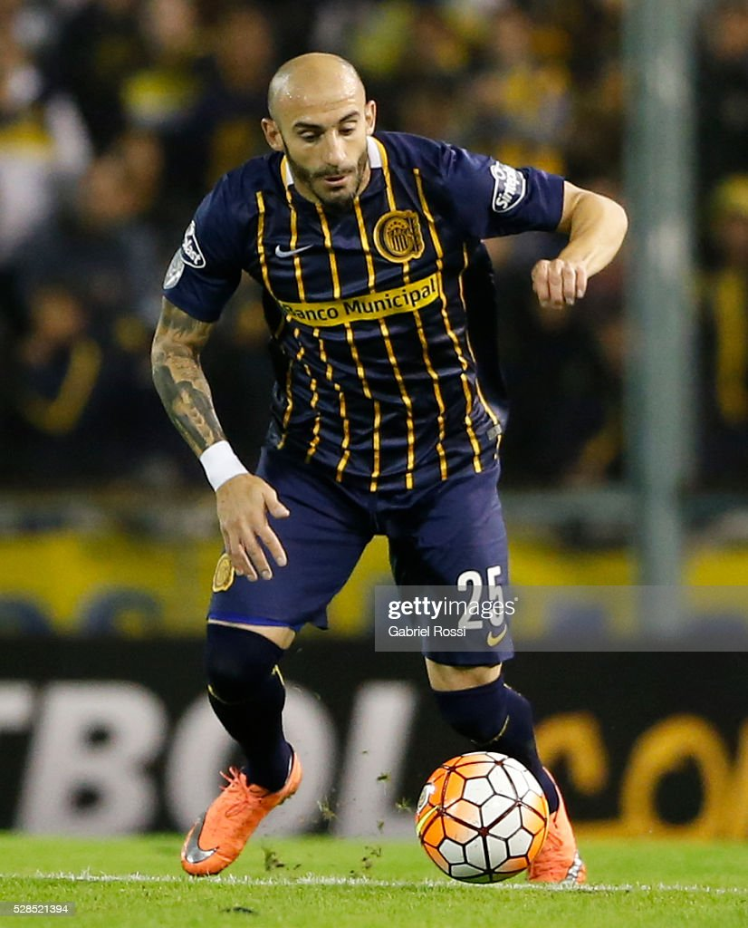 <a gi-track='captionPersonalityLinkClicked' href=/galleries/search?phrase=Javier+Pinola&family=editorial&specificpeople=645628 ng-click='$event.stopPropagation()'>Javier Pinola</a> of Rosario Central drives the ball during a second leg match between Rosario Central and Gremio as part of Copa Bridgestone Libertadores 2016 as part of round of 16 of Copa Bridgestone Libertadores 2016 at Gigante de Arroyito Stadium on May 05, 2016 in Rosario, Argentina.