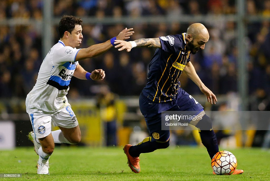 <a gi-track='captionPersonalityLinkClicked' href=/galleries/search?phrase=Javier+Pinola&family=editorial&specificpeople=645628 ng-click='$event.stopPropagation()'>Javier Pinola</a> of Rosario Central (R) fights for the ball with Giuliano of Gremio (L) during a second leg match between Rosario Central and Gremio as part of Copa Bridgestone Libertadores 2016 as part of round of 16 of Copa Bridgestone Libertadores 2016 at Gigante de Arroyito Stadium on May 05, 2016 in Rosario, Argentina.