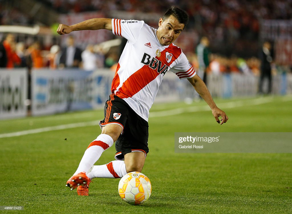 <a gi-track='captionPersonalityLinkClicked' href=/galleries/search?phrase=Javier+Saviola&family=editorial&specificpeople=207198 ng-click='$event.stopPropagation()'>Javier Saviola</a> of River Plate drives the ball during a first leg match between River Plate and Huracan as part of Semi Finals of Copa Sudamericana 2015 at Monumental Antonio Vespucio Liberti Stadium on November 05, 2015 in Buenos Aires, Argentina.