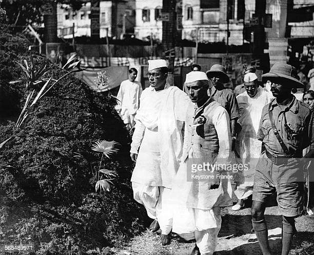 Jawaharlal Nehru et Subhas Chandra Bose avec des soldats en Inde le 1er novembre 1937