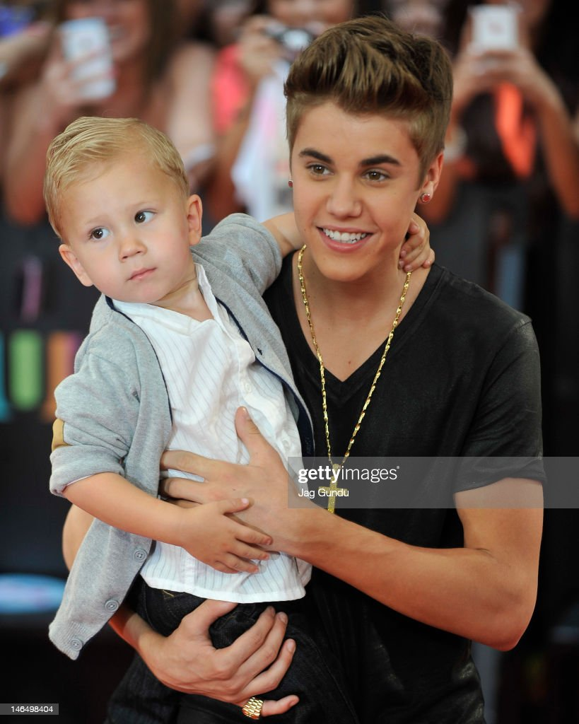 Jaxon Bieber and <a gi-track='captionPersonalityLinkClicked' href=/galleries/search?phrase=Justin+Bieber&family=editorial&specificpeople=5780923 ng-click='$event.stopPropagation()'>Justin Bieber</a> arrive at the 2012 MuchMusic Video Awards at MuchMusic HQ on June 17, 2012 in Toronto, Canada.