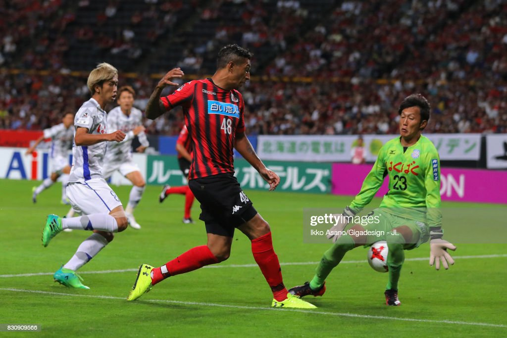 Jay Bothroyd of Consadole Sapporo scores the opening goal past Hiroki Oka of Ventforet Kofu during the J.League J1 match between Consadole Sapporo and Ventforet Kofu at Sapporo Dome on August 13, 2017 in Sapporo, Hokkaido, Japan.
