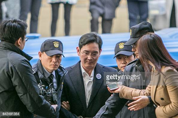 Jay Y Lee covice chairman of Samsung Electronics Co center is escorted by police officers as he arrives at the special prosecutors' office in Seoul...