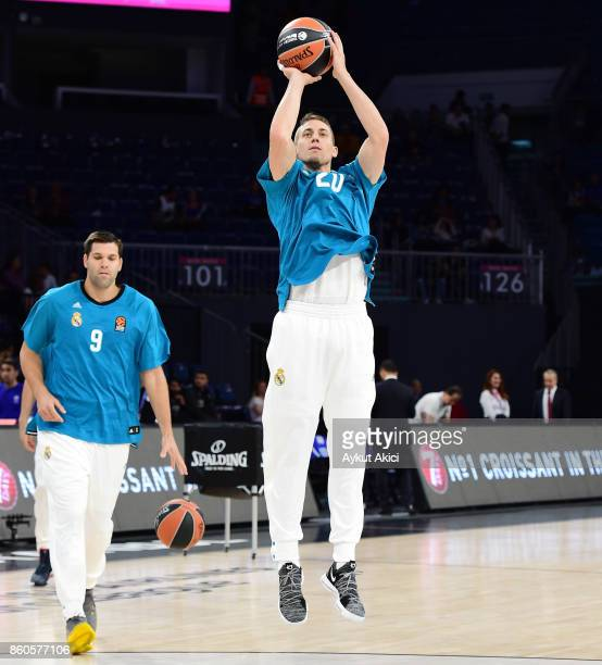 Jaycee Carroll #20 of Real Madrid warmsup prior to the 2017/2018 Turkish Airlines EuroLeague Regular Season Round 1 game between Anadolu Efes...