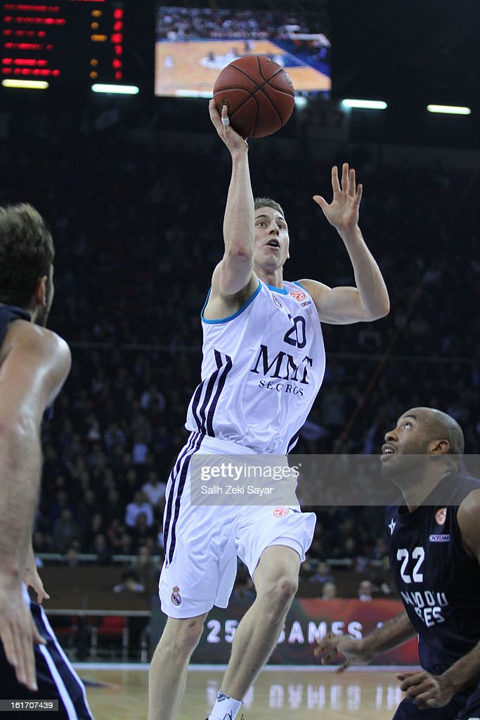 Jaycee Carroll #20 of Real Madrid competes with Jamon Lucas #22 of Anadolu Efes during the 2012-2013 Turkish Airlines Euroleague Top 16 Date 7 between Anadolu EFES Istanbul v Real Madrid at Abdi Ipekci Sports Arena on February 14, 2013 in Istanbul, Turkey.