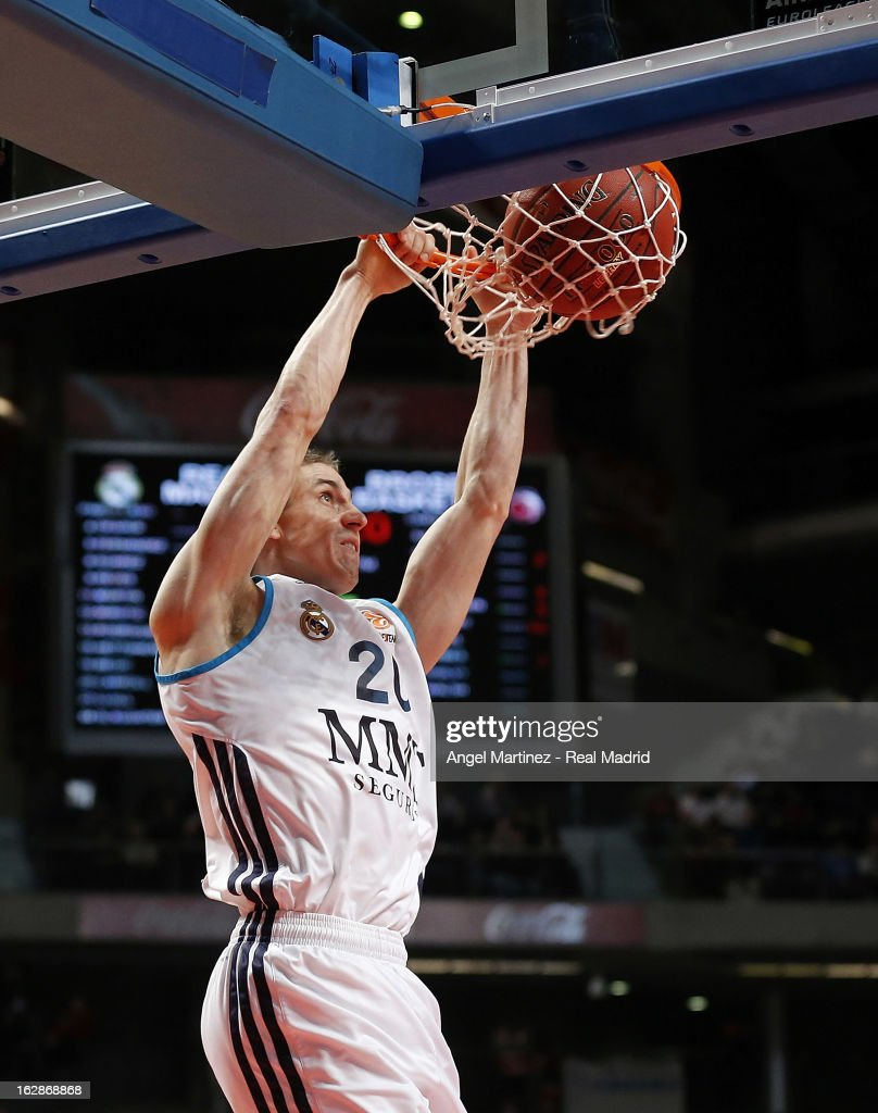 Jaycee Carroll #20 of Real Madrid dunks the ball during the Turkish Airlines Euroleague Top 16 game Brose Baskets at Palacio de los Deportes on February 28, 2013 in Madrid, Spain.