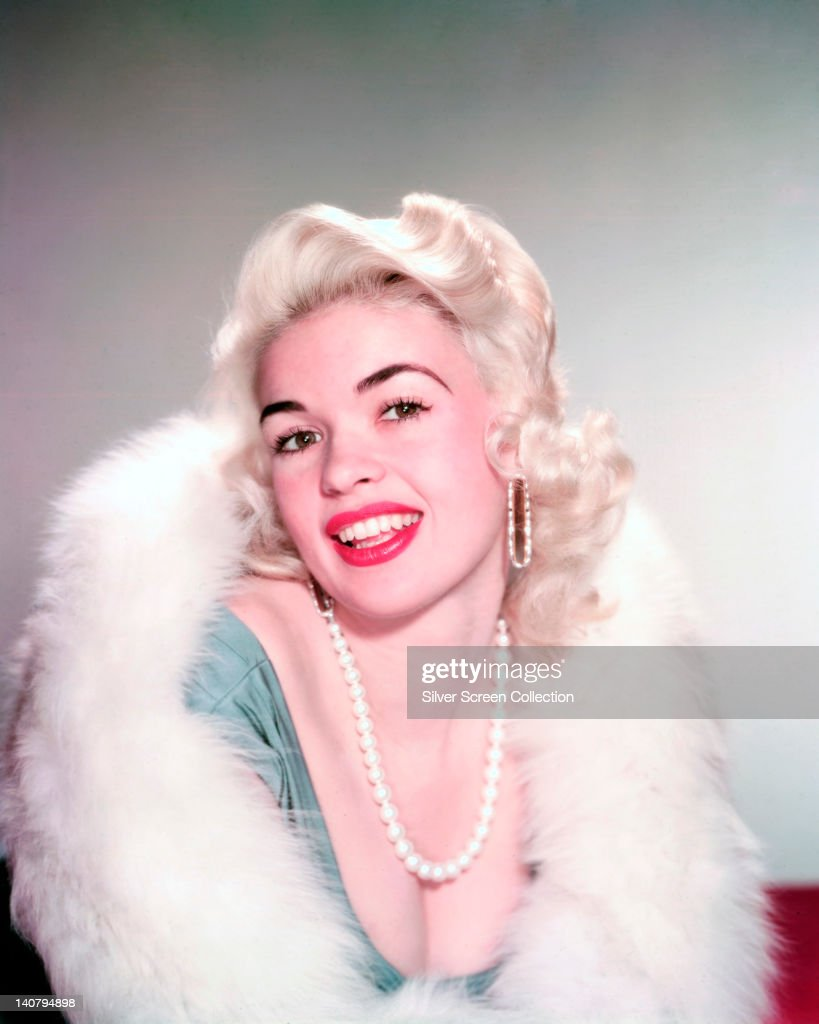 <a gi-track='captionPersonalityLinkClicked' href=/galleries/search?phrase=Jayne+Mansfield&family=editorial&specificpeople=91204 ng-click='$event.stopPropagation()'>Jayne Mansfield</a> (1933-1967), US actress, wearing a pearl necklace and a white fur wrap, in a studio portrait, circa 1960.