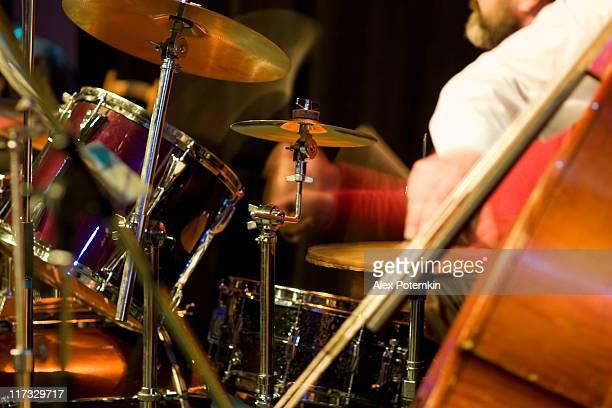 Jazz: contrabass et tambour.