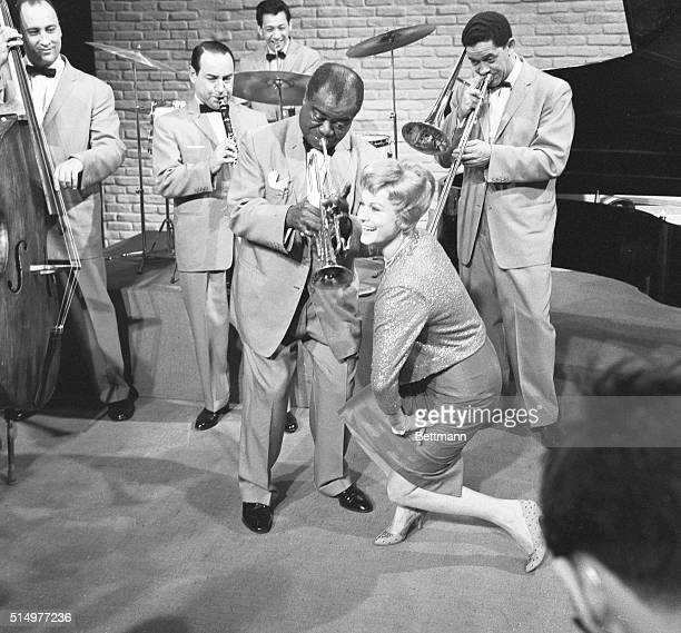 Jazz king Louis 'Satchmo' Armstrong and his orchestra accompany actress Marika Rokk during preliminary shooting of the 1959 film Die nacht vor Der...