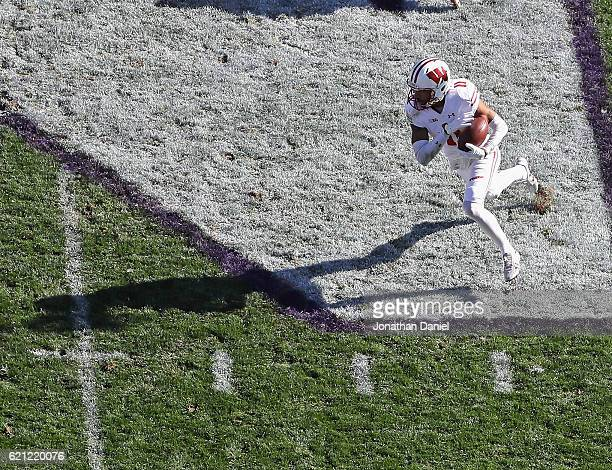 Jazz Peavy of the Wisconsin Badgers takes the ball on a reservse and runs for a touchdown against the Northwestern Wildcats at Ryan Field on November...