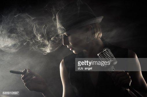 Cantante de jazz con un habano y micrófono : Foto de stock