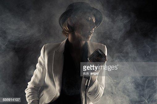 Cantora de jazz mulher com microfone retro de Fumo : Foto de stock