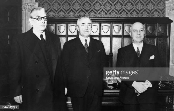 Jean Chiappe entouré de l'ancien et du nouveau gouverneur à Barcelone Espagne le 8 janvier 1936