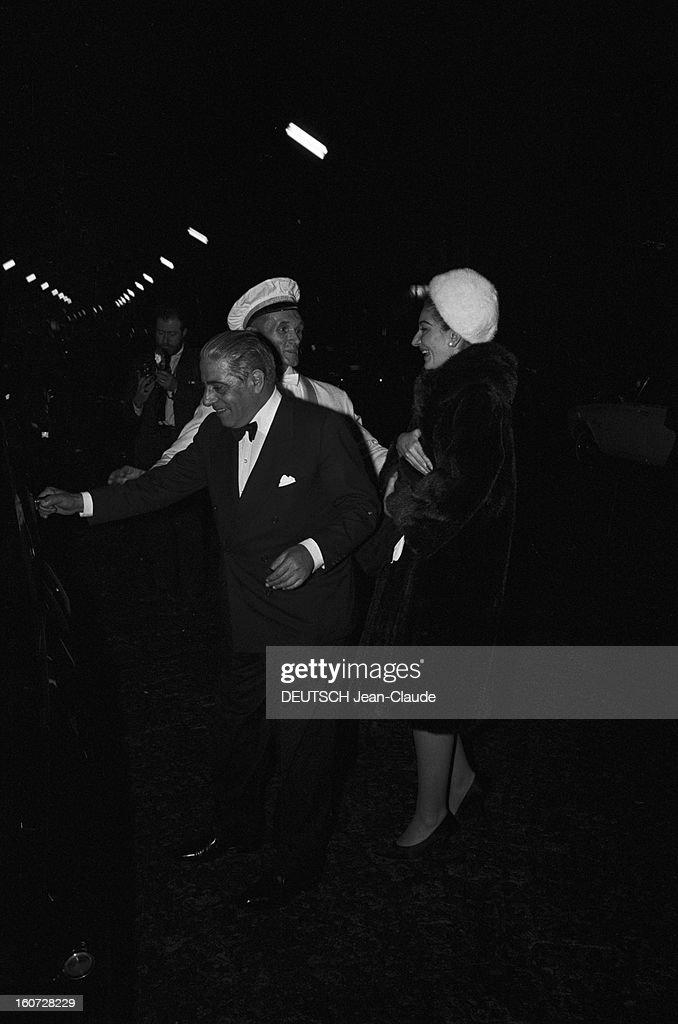 Jean Harlow Evening At Regine At The New Jimmy's. A Paris, le 29 mars 1965, Soirée 'Jean Harlow' organisée par la chanteuse REGINE dans son club de la rive gauche, boulevard Montparnasse, le 'New Jimmy's'. Pour un soir, une centaine de parisiennes ont voulu ressembler à la vedette américaine des années 30 : robes longues en satin blanc et perruques blond platine étaient les accessoires de rigueur. Arrivée du milliardaire Aristote ONASSIS et de sa compagne Maria CALLAS.
