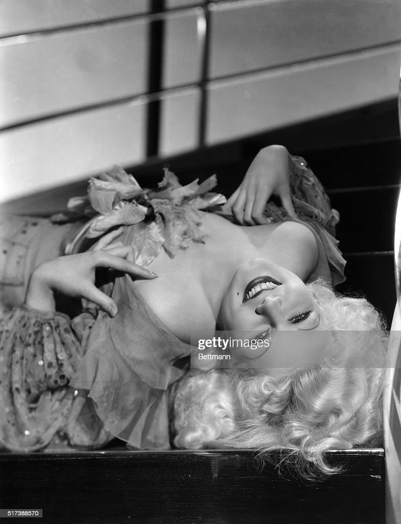 <a gi-track='captionPersonalityLinkClicked' href=/galleries/search?phrase=Jean+Harlow&family=editorial&specificpeople=70012 ng-click='$event.stopPropagation()'>Jean Harlow</a> in a glamour pose, lying on her back. Undated photograph.