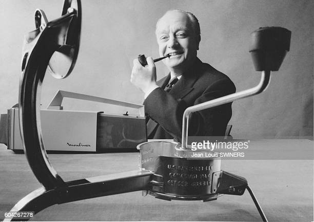 Jean Mantelet PDG de Moulinex en France en 1962 Au premier plan un moulin à légumes ou pressepurée