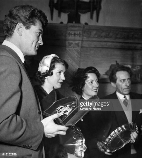 Jean Marais Danielle Darrieux Viviane Romance et Jean Cocteau sont 'les meilleurs de l'année 1949' et ont reçu des objets d'art réalisés par des...