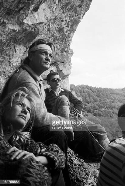 Jean Marais Learns Climbing On A Cliff In Yonne En France dans l'Yonne le 2 mai 1961 l'acteur Jean MARAIS s'initie à l'alpinisme sur une falaise Jean...