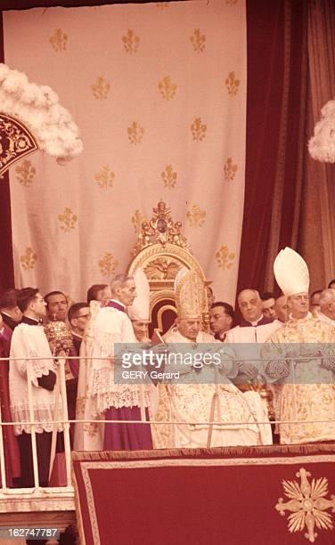 Jean Xxiii Rome 5 novembre 1958 Lors de son couronnement vue du balcon où le pape JEAN XXIII coiffé de la tiare assis sur un trône protégé d'un...
